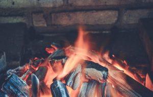камина със запален огън