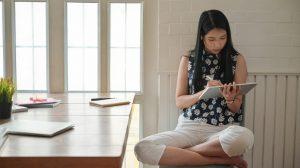 жена пазарува онлайн седнала удобно вкъщи