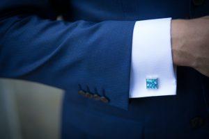 част от стилен син мъжки костюм