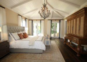 красива просторна светла спалня с дървени мебели