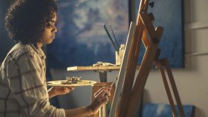 момиче рисува картина